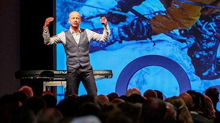 Spreker Melvin Redeker tijdens live evenement
