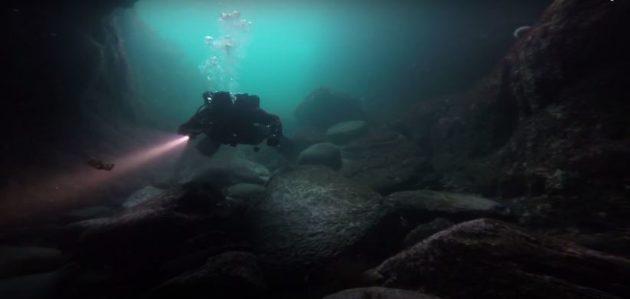 Spreker en avonturier Melvin Redeker op ontdekking in een zeegrot